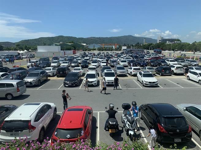 台開新天堂樂園週末假日,人車都相當多。(王志偉花蓮傳真)