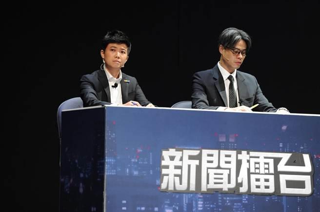 苗博雅在《與惡》舞台劇接受觀眾提問,右為吳定謙。(故事工廠提供)