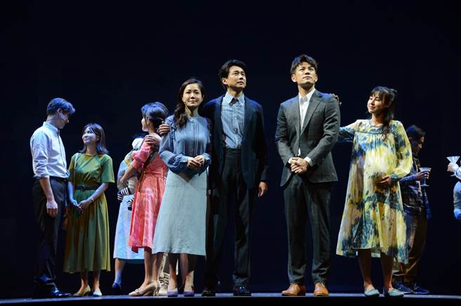 尹馨(前排左起)狄志杰、陳志強、房思瑜演出舞台劇《我們與惡的距離》全民公投劇場版。(故事工廠提供)
