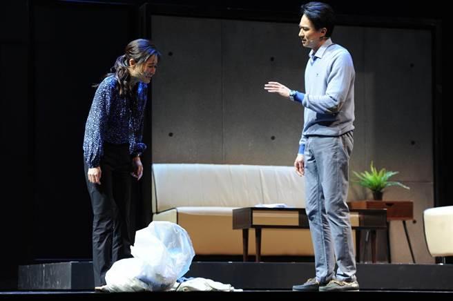 尹馨(左)在《與惡》舞台劇與狄志杰夫妻失和。(故事工廠提供)
