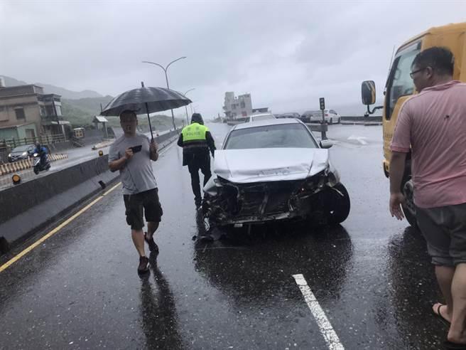 金山下午下起大雨,1輛自小客車疑打滑自撞護欄,造成車頭全毀。(金山警分局提供/許家寧新北傳真)