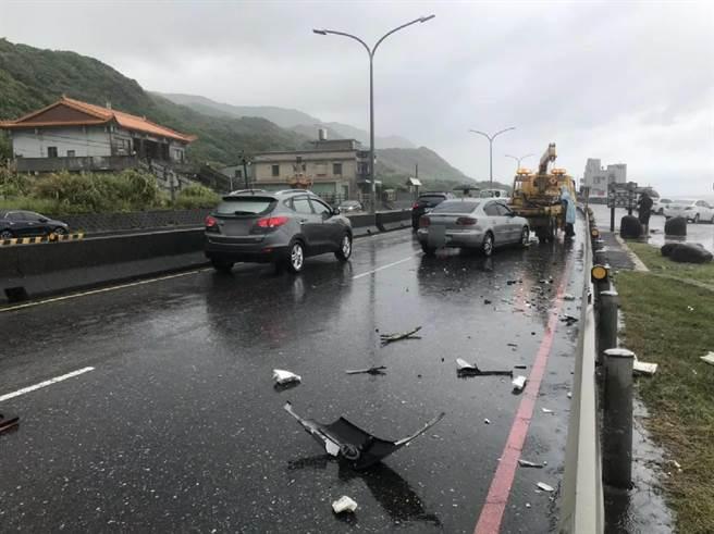 車禍造成車上駕駛與乘客兩人送醫治療,事故原因有待釐清。(金山警分局提供/許家寧新北傳真)