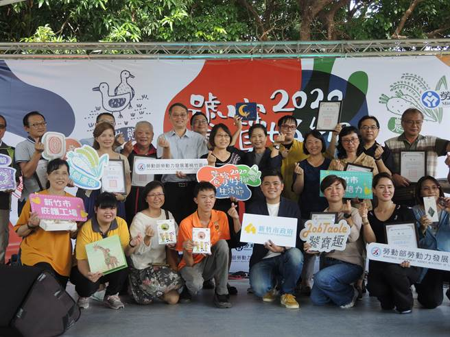 2020饕寶好物生活節12日在新竹市北大公園熱鬧舉辦,現場有34家來自桃竹苗地區多元社區特色產業展售。(邱立雅攝)
