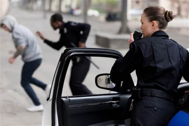 高挑正妹女警逮毒販 撞臉氣質女星意外變吸睛亮點(示意圖/達志影像)