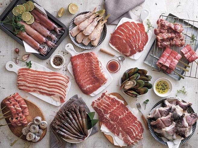 家樂福瞄準烤肉商機,首波主打多款懶人包烤肉組,一次囊括肉品跟海鮮食材。圖/家樂福提供