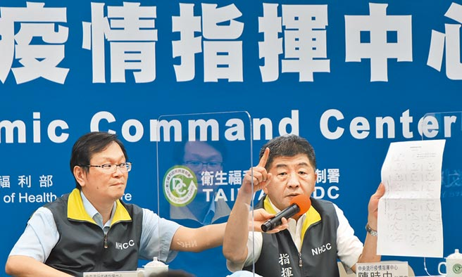 中央流行疫情指揮中心指揮官陳時中(右)與發言人莊人祥。(中央流行疫情指揮中心提供)