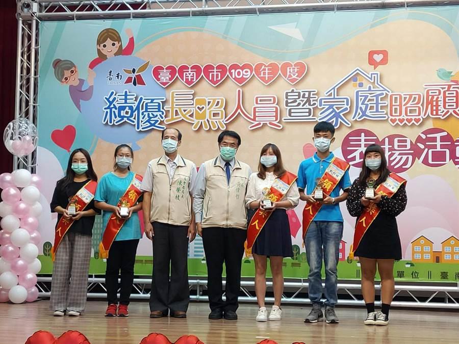 台南市長黃偉哲(中)頒獎表揚績優長照人員,年僅21歲的劉昀誠(右二),是最年輕的獲獎者。(洪榮志攝)