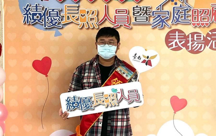 學業成績優異的林彥宏獲頒績優長照人員家庭照顧者楷模。(社會局提供/洪榮志台南傳真)