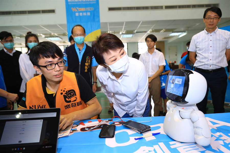 台中市長盧秀燕表示,在參賽過程中透過程式發揮創意,學習團隊合作,啟發多元能力。(盧金足攝)