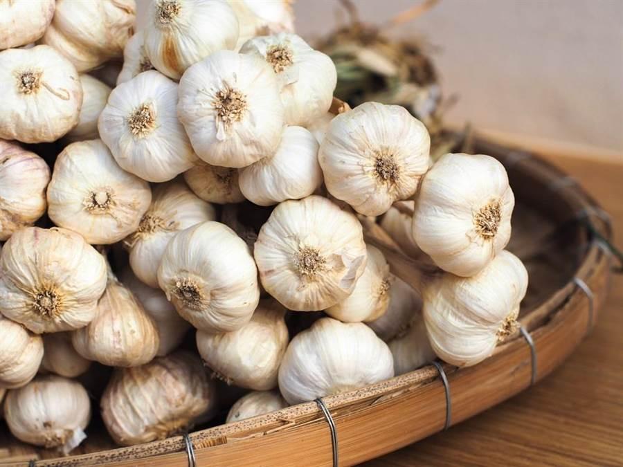 國內蒜頭價格狂飆,每公斤高達333.4元,比豬肉貴好幾倍。此為示意圖。(達志影像/shutterstock)
