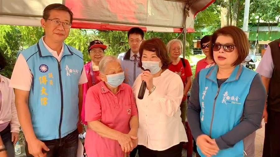 嘉義市長黃敏惠陪阿嬤連署,表示她高齡95歲,為兒孫健康第一個來連署。(讀者提供/呂妍庭嘉義傳真)