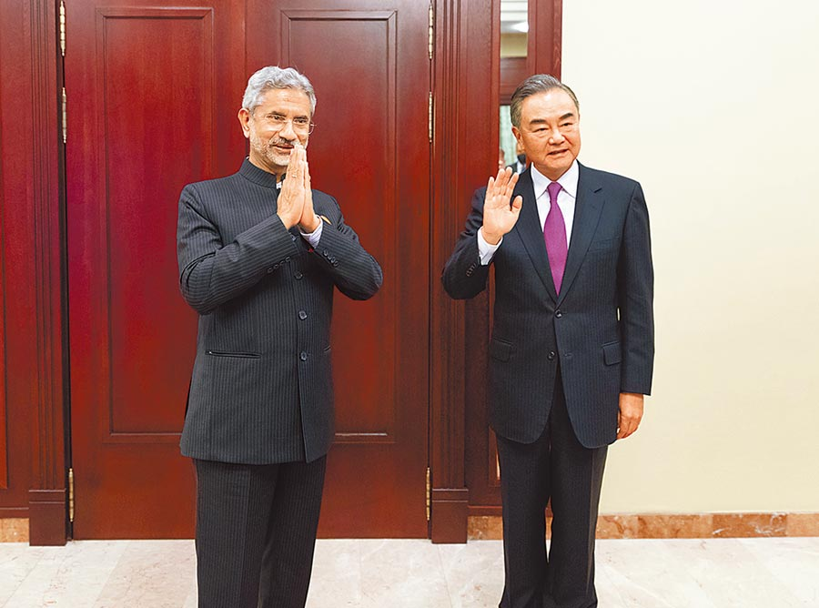 大陸外交部長王毅與印度外交部長蘇杰生於10日在莫斯科舉行雙邊會面並達成5點共識。(新華社)