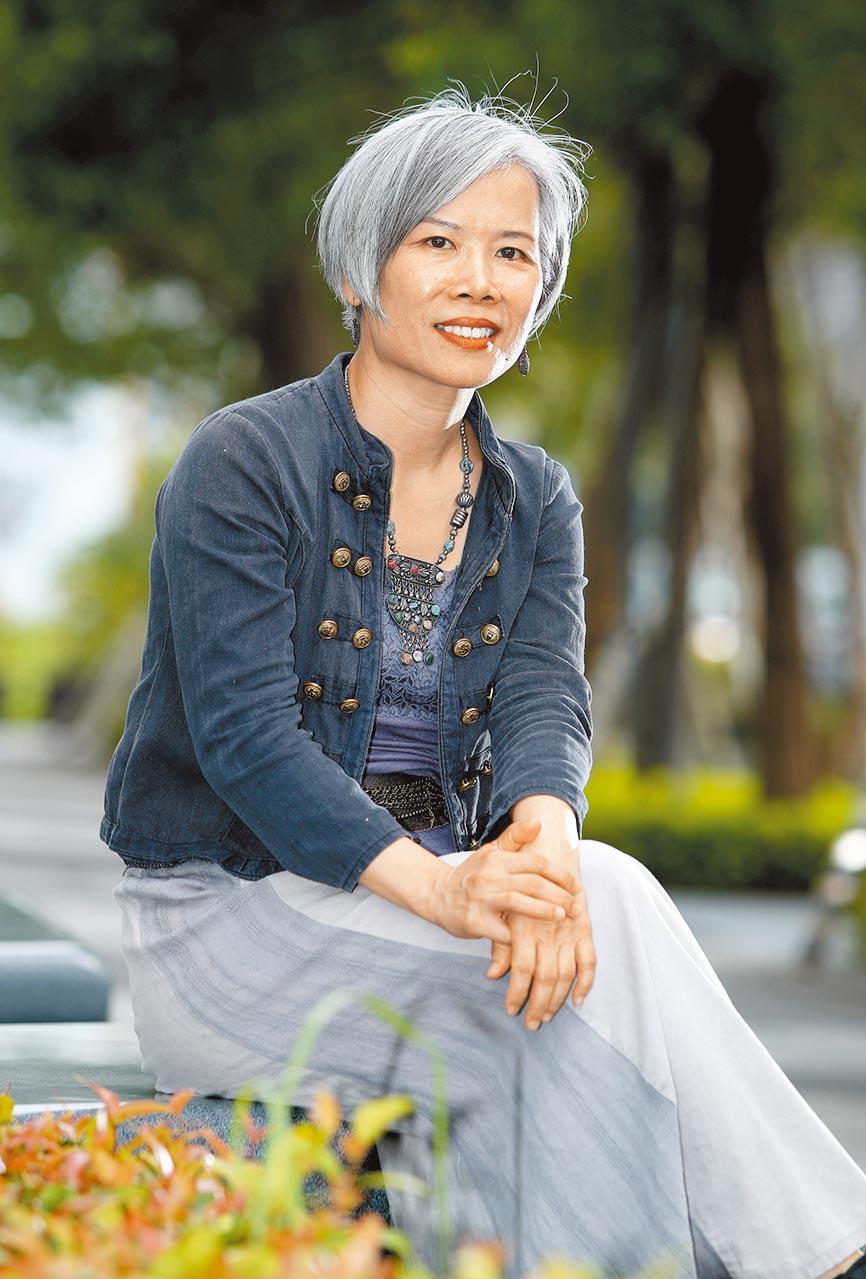 畫家梁崴27歲自學油畫,41歲開始寫詩,從此一畫一詩成為她的風格。(鄭任南攝)