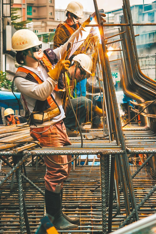 勞保基金2019年底應計給付精算現值約11兆239億元,相較2018年底10兆4547億元,年增負債5600餘億元。圖為勞工辛苦工作。(本報資料照片)