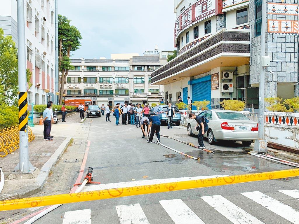 高市前鎮區發生乙烯管線外洩,圖為當時市府封鎖現場交管,全面戒備。(柯宗緯攝)