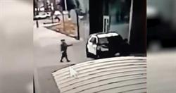 洛杉磯2名警察在巡邏車上遭歹徒槍擊 驚悚影片曝光