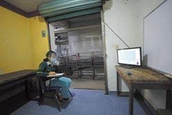 墨國學童看電視上課