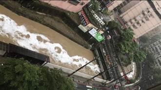 大武崙溪出現不明液體 疑不肖業者排放污水