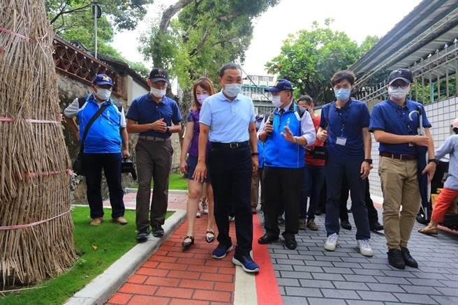 「板橋區林家花園周遭人行環境及景觀改善工程」即將在9月20日完工,新北市長侯友宜今(13日)前往視察。(葉書宏攝)