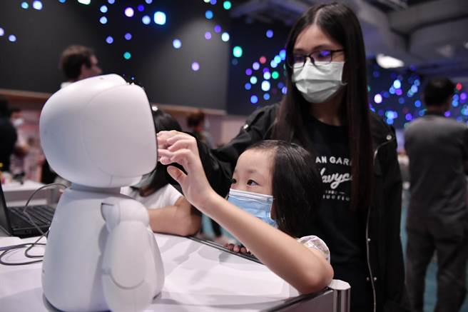 民眾於智慧科技論壇現場試用凱比程式教育機器人。(花蓮縣政府提供/羅亦晽花蓮傳真)