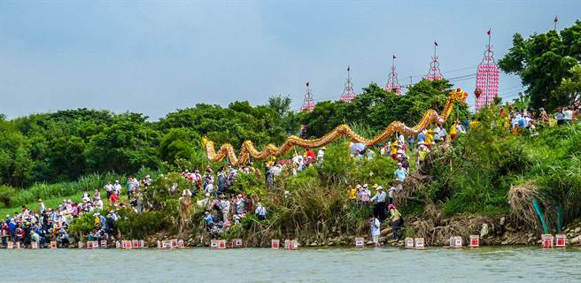 2012年義民祭典在鳳水溪南岸齊放放水燈的盛大場面。(羅浚濱攝)