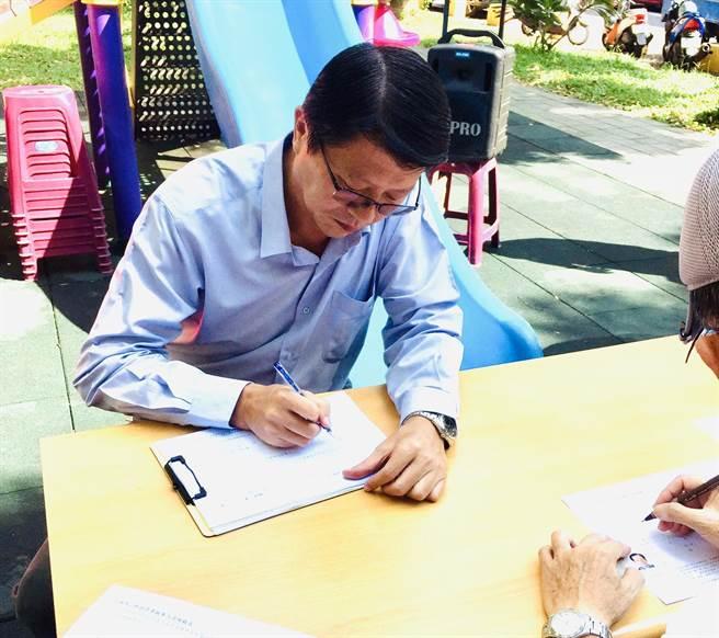 國民黨南市黨部13日在東區崇誨市場,發起連署反瘦肉精美豬食安公投,國民黨副祕書長謝龍介也到場簽署。(讀者提供/李宜杰台南傳真)