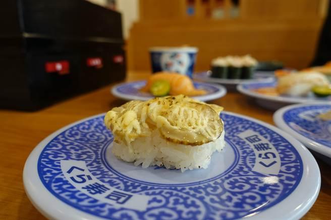 9月15日起於全台門市推出3款期間限定壽司,此為「炙烤起司扇貝」。(黃采薇攝)