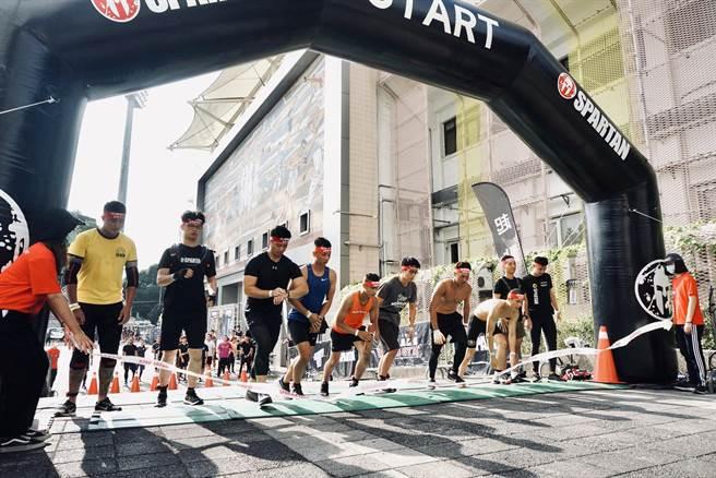 斯巴達障礙跑競賽體育館賽事在台中市舉行,考驗耐心與毅力。(台中市府提供/盧金足台中傳真)