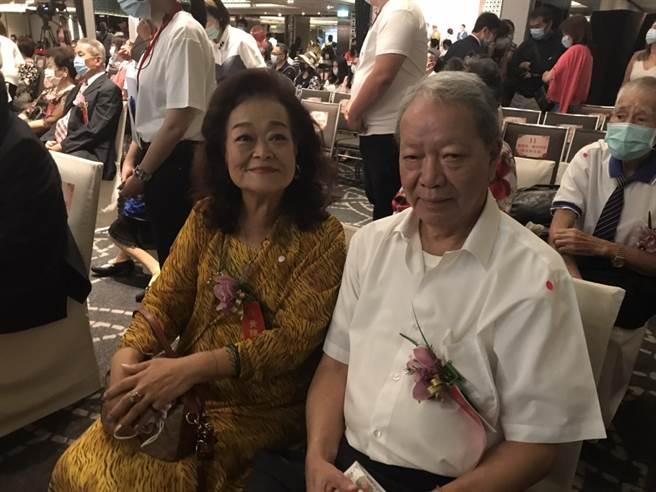 結婚已52年的黃永德、黃陳秀榮夫婦。(張薷攝)
