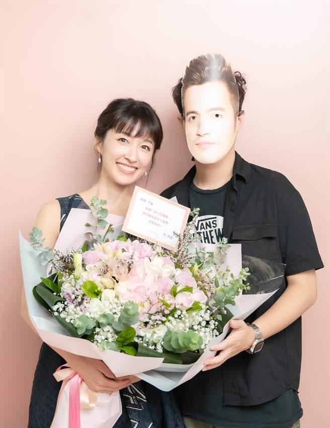 田中千繪辦新書分享會,小鮮肉戴范逸臣面具代送花。(雅慕斯娛樂提供)
