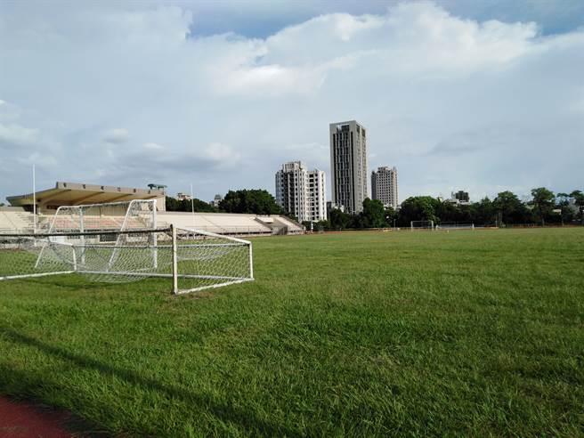 老趙踢足球的田徑場。(作者提供)