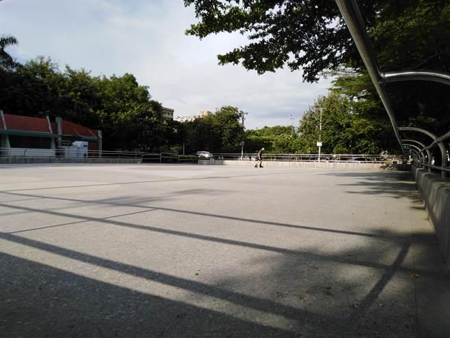 老趙踢球的溜冰場。(作者提供)