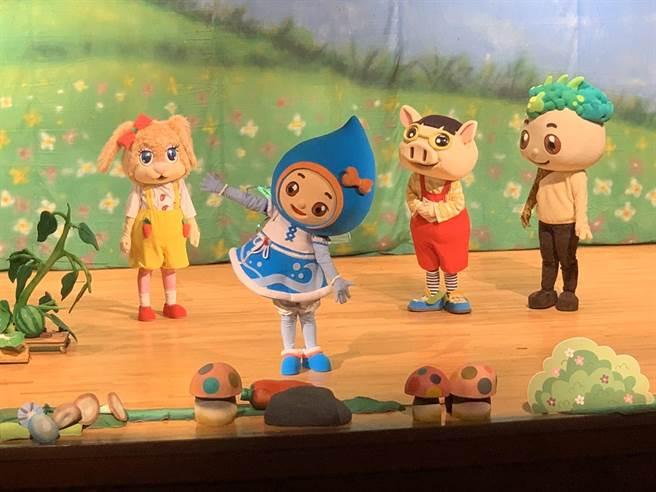 小青蛙兒童劇團,13日下午在南投縣文化局演藝廳演出《滴滴噠噠的奇幻歷險》偶劇,吸引許多大人、小孩觀賞。(水保局南投分局提供/林欣儀台中傳真)
