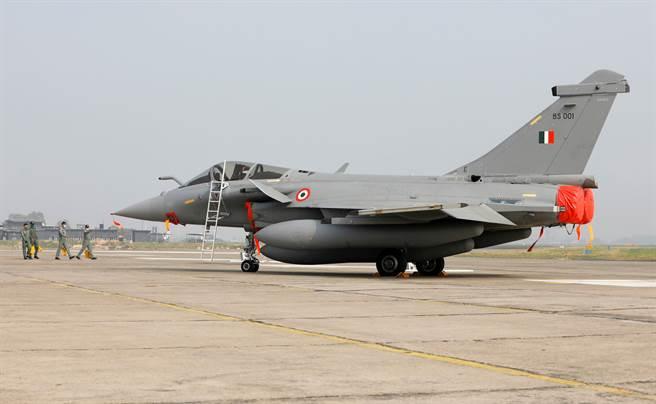 印度從法國購入的陣風戰機抵達後,在安巴拉市空軍基地舉行入役儀式。印度認為此款戰機可以制住解放軍空軍,具有改變遊戲規則的能力。(圖/路透)