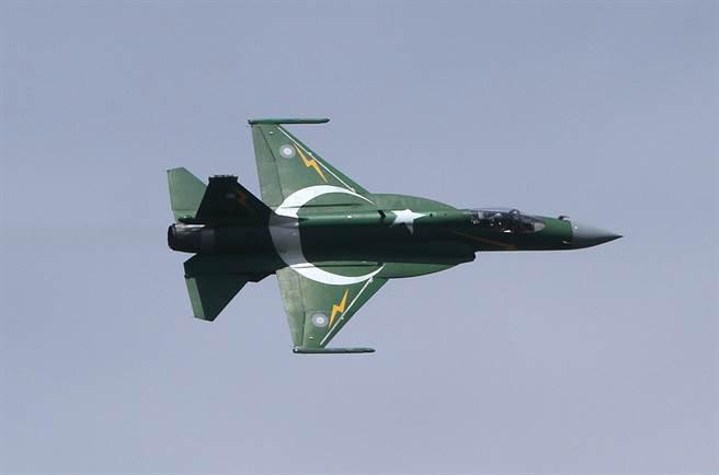 巴基斯坦空軍現役JF-17已服役十年,經過多次改良升級,大陸可能為其裝備PL-15導彈,以對抗陣風的流星導彈。(圖/美聯社)