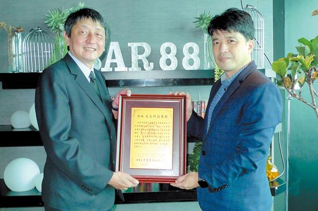 北市旅館公會理事長韋建華(右)頒發感謝狀,九太科技副總伊任(左)代表接受。圖/黃台中