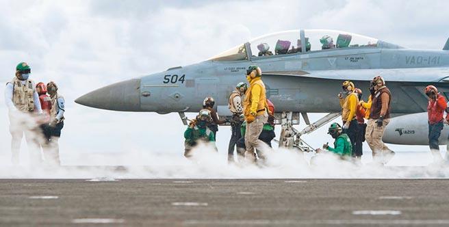 為期12天的美軍「勇敢之盾」大型軍事演習,14日起將在西太平洋關島與馬里亞納群島附近海域舉行。圖為雷根號甲板F-18戰機等候起飛訊號。(摘自雷根號臉書)