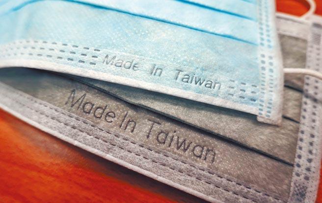目前台灣市面流通的口罩,僅打上鋼印「 Made In Taiwan 」且大小不一,未來新制上路後,台灣製口罩將印上醫用「MD」及台灣製造「 MIT」雙鋼印標記。(姚志平攝)