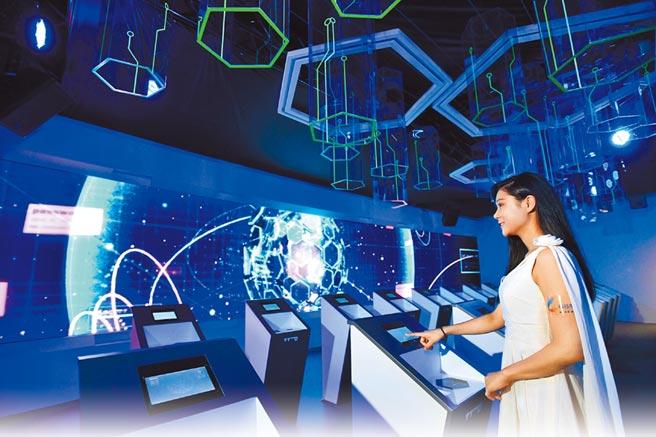 參觀解密科技寶藏展,提早體驗未來世界的想像與視野。(工研院提供)