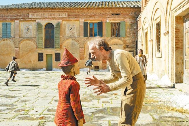 老木匠羅貝托貝尼尼(右)和小木偶費德里科埃拉皮兩人都是導演的一時之選。(海鵬影業提供)