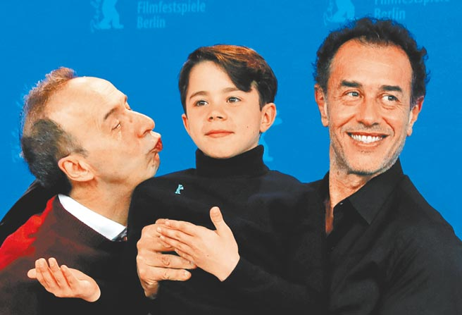 飾演小木偶的費德里科埃拉皮(中),在義大利已是當紅童星。(路透)