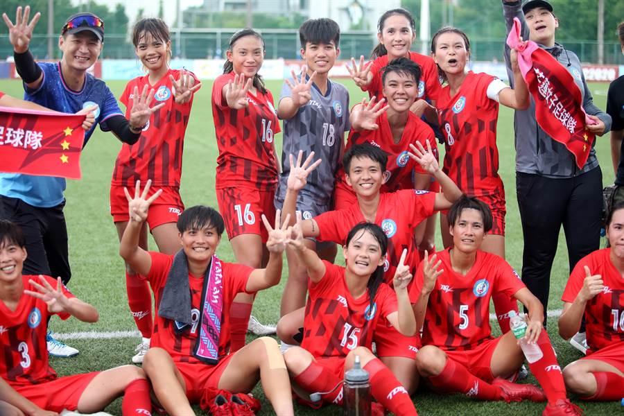 花蓮女足提前拿下今年木蘭聯賽冠軍,全隊賽後合影慶祝隊史第4冠。(李弘斌攝)