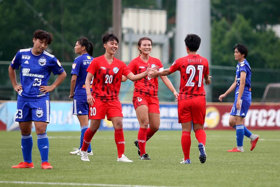 林凱玲(右二)遠射破門替花蓮先馳得點,隊友上前擊掌慶祝。(李弘斌攝)