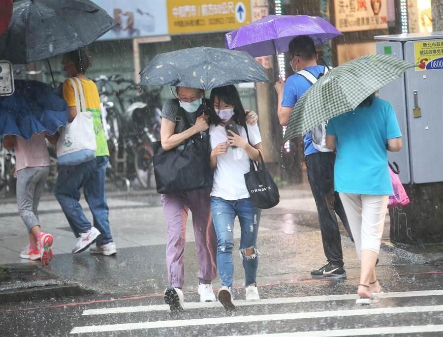 中央氣象局13日上午8時25分發布豪雨特報,北市山區有局部大雨發生的機率,士林山區時雨量已達91毫米。(本報資料照)