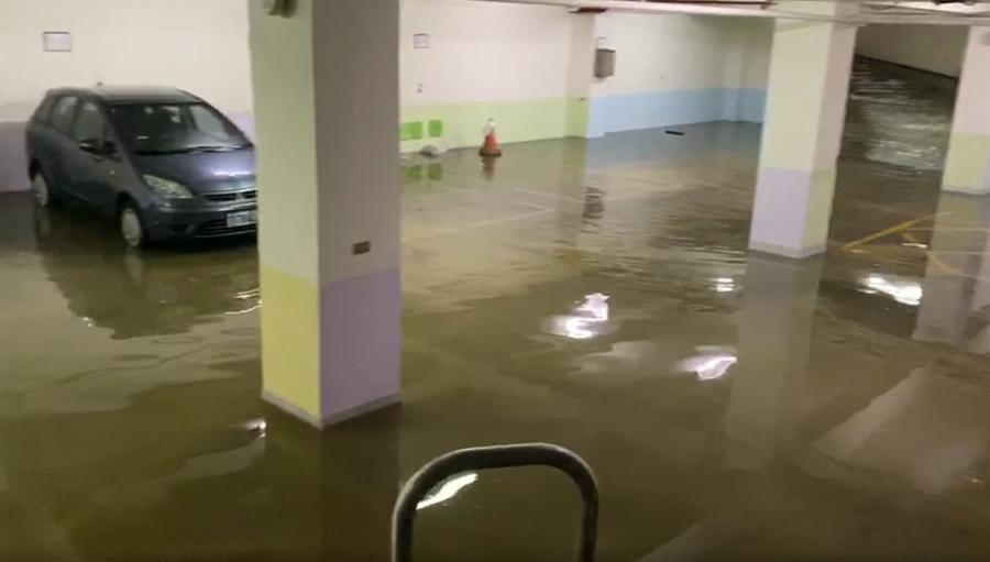 受鋒面影響,基隆不斷下起大雨,西定停車場淹水至腳踝。(翻攝照片/陳彩玲基隆傳真)