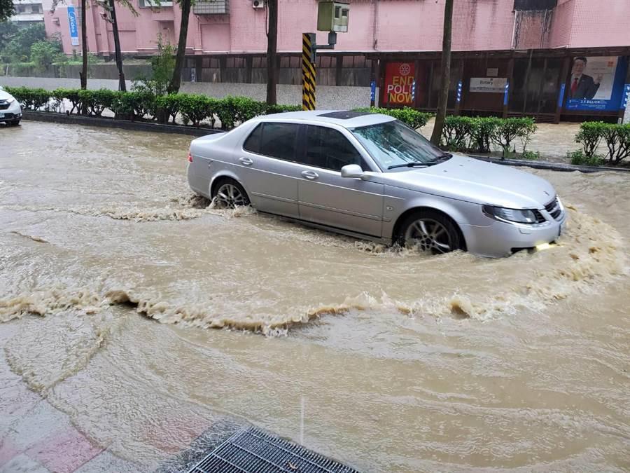 基隆仁愛區光一路口積水,水深達半個機車輪胎。(翻攝照片/陳彩玲基隆傳真)