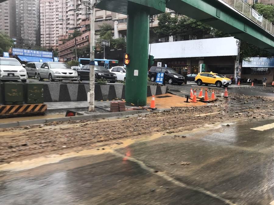 基金一路仍有許多沙泥、土石殘留在路面,路過民眾務必注意自身安全。(陳彩玲攝)
