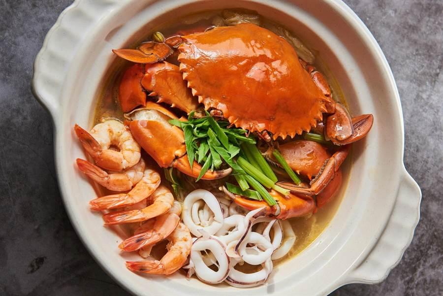 「酸湯大沙公」以黃燈籠辣椒、主廚特製的四川泡菜為湯底,酸辣湯頭頗鮮甜。(北投大地酒店提供)