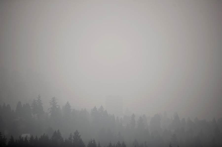 野火持續肆虐美國西岸之際,大片霧霾已經飄向北方,12日加拿大溫哥華淪為全球空汙最嚴重的城市,天空染成灰濛濛一片,市區建築物已看不清。圖為12日溫哥華天空畫面。(圖/TPG、達志影像)