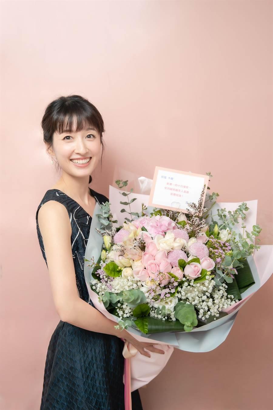 田中千繪開心捧著范逸臣請人代送的花束。(雅慕斯娛樂提供)